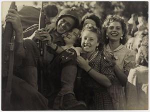 la-liberation-de-paris-l-accueil-fait-aux-soldats-ao-t-1944