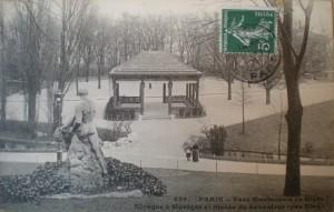 Fig. 5. Parc Montsouris, Kiosque à musique et statue du Sauveteur, vers 1900, carte postale, Série 8 Fi (cartes postales anciennes), vol. 1, p.68, Archives de Paris.