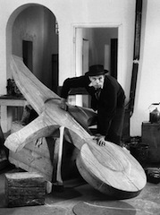 Joseph Beuys dans son atelier, Old Klever Kurhaus, 1958, photo, Fritz Getlingers