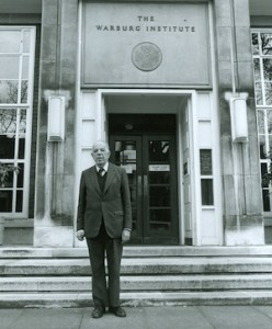 Ernst Gombrich devant le Warburg Institute de Londres