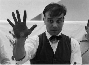 Yves Klein sur le tournage d'un film sur ses Anthropométries. Charles Paul Wilp (1932-2005)