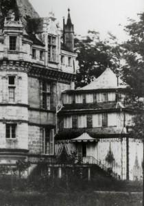 Fig. 6. A. Mestral et G. Le Gray, Vue de la face sud du château d'Azay-le-Rideau en 1851 (détail), carte postale ancienne, 11 x 15 cm.