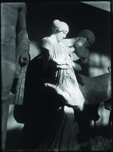 Combat des Lapithes et des Centaures, fronton ouest du temple de Zeus à Olympie (détail), cliché anonyme, collection de l'Institut d'archéologie classique (IAC 34.780.240)