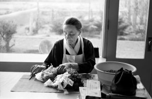 Tony Vaccaro, Georgia O'Keeffe coupant des herbes, New Mexico, 1960